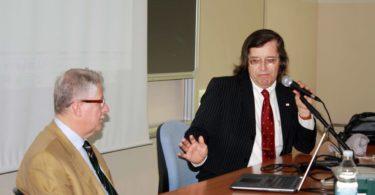 Il Prof. Ferrari (a destra), si rivolge all'Ing. Fumia, durante la sua prolusione - PHOTO COPYRIGHT: LORENZO FERRARI