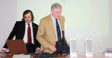 Il Prof. Ferrari (a sinistra), lascia il posto all'Ing. Fumia, che sta così per iniziare il suo intervento - PHOTO COPYRIGHT: LORENZO FERRARI