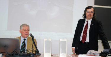 """Momento delle domande finali: il Prof. Ferrari (a destra), incoraggia gli studenti ad """"approfittare"""" dell'esperienza dell'Ing. Fumia (a sinistra) - PHOTO COPYRIGHT: LORENZO FERRARI"""