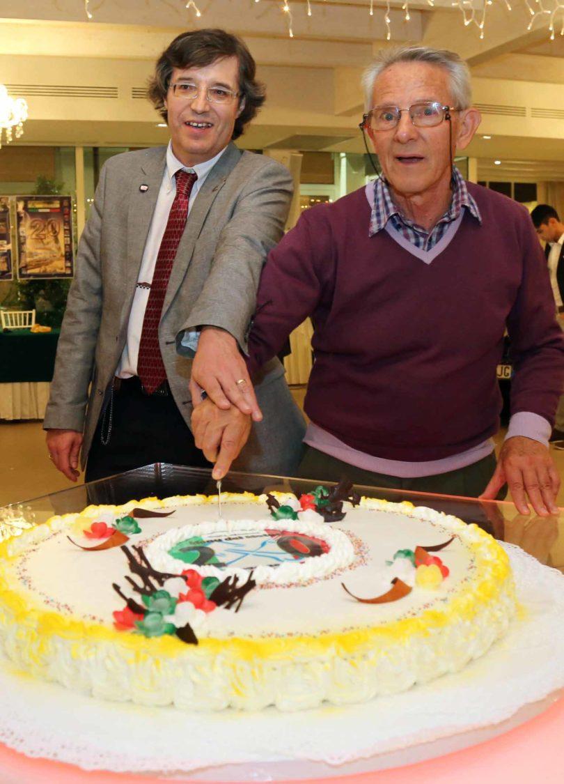 """Modena, 23 settembre 2016, Ristorante Vinicio: 20° Anniversario """"Menu dei Motori"""" (1996-2016) Taglio della torta dedicata: Fabrizio Ferrari (a sinistra) e Lauro Malavolti Photo copyright: Roberto Brancolini"""