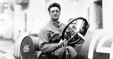 - Enzo Ferrari con il meccanico Michele Conti. - L'auto e una Alfa Romeo 20-40 HP - Prima gara di Ferrari con l'Alfa. - Si classifico al 2°posto assoluto (1° di categoria)