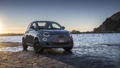 """Photo of La Nuova 500 è la """"Migliore cabrio dell'anno"""" e la """"Migliore city car elettrica"""" secondo la rivista inglese What Car?"""